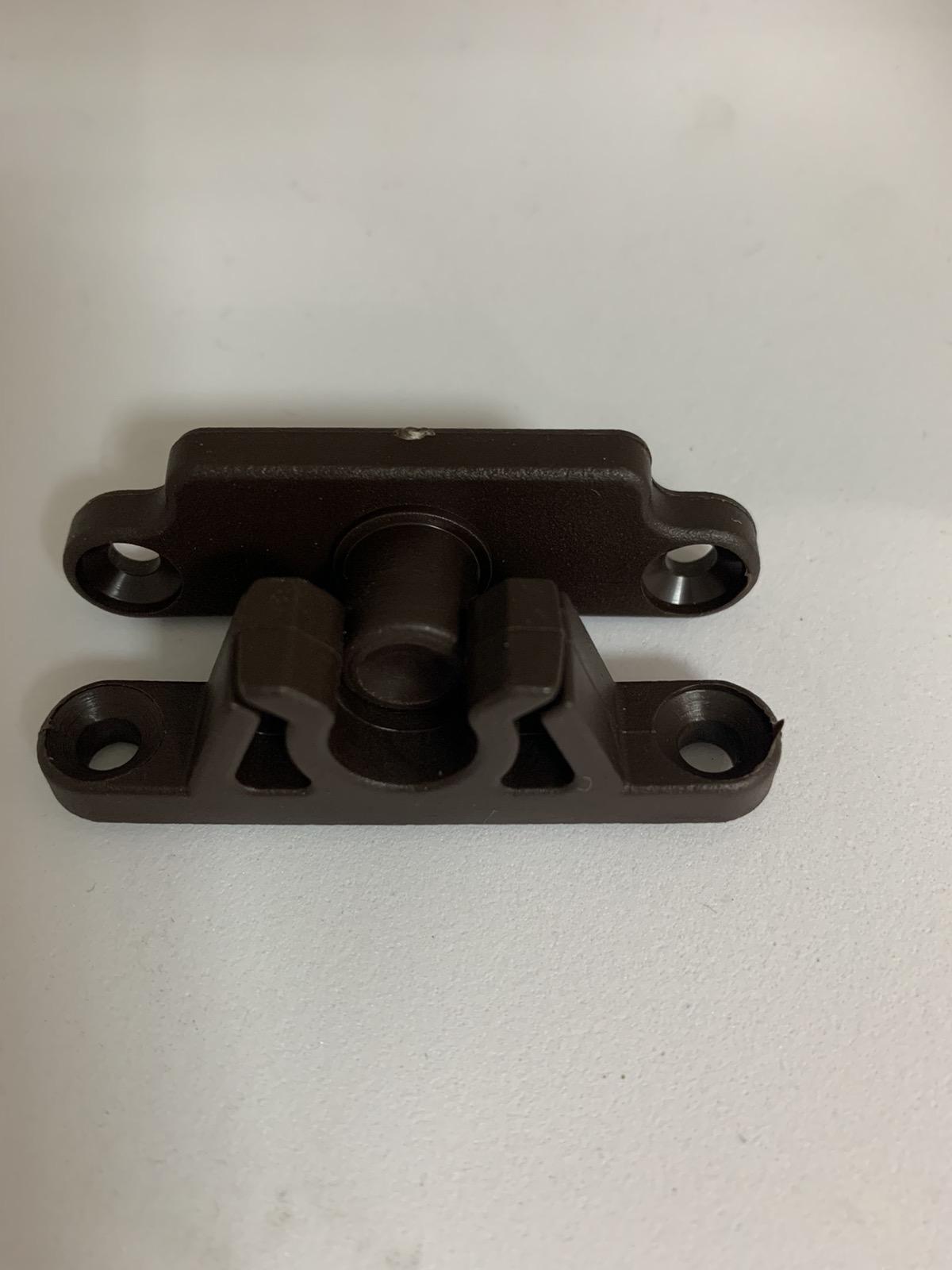 Защіпка пластикова для москітної сітки на двері коричнева